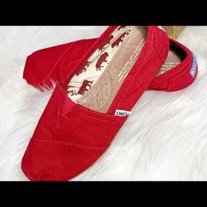 NWOT Classic canvas TOMS, bright red, size 7